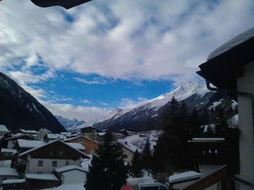 Blick vom Balkon des Zimmers Nr. 3 in Richtung des Stubaigletschers mit Wolken und blauen Himmel