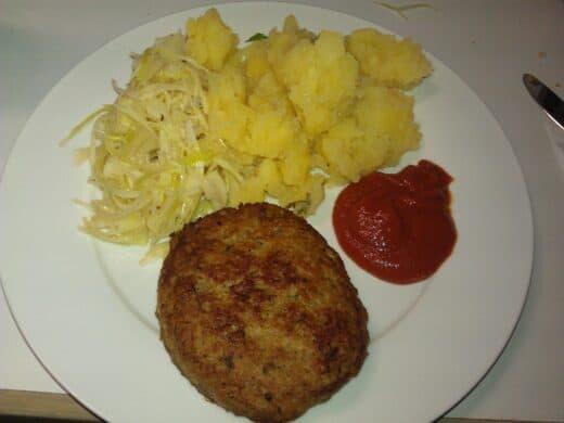Mittagessen beim Barcamp Nürnberg am Samstag: Fleischküchle mit Kartoffel- und Krautsalat