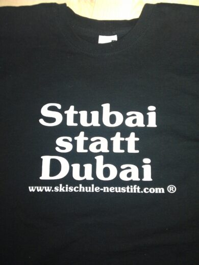 """Bild vom T-Shirt, das wir von der Schischule Olympia gekauft haben mit der Aufschrift: """"Stubai statt Dubai"""""""