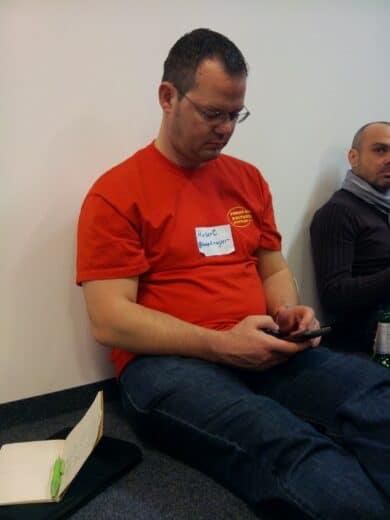 Bild von mir, mit dem Handy rumspielend, aufgenommen mit dem Transformer Prime