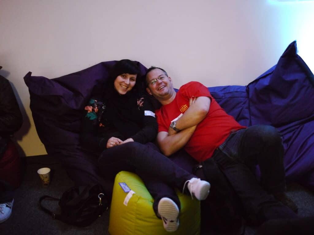 Nadine und ich auf den gemütlichen Sitzsäcken beim Warten auf die Abschlusssession