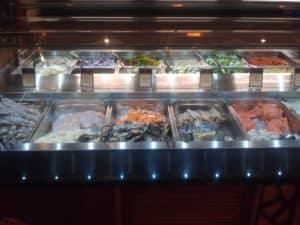 Roher Fisch für den mongolischen Grill