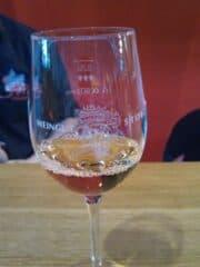 Bild vom Glas mit dem Muskat-Trollinger Rose des Weingut Storz