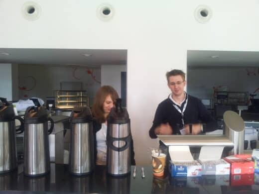 Dani und Robert beim Kaffeedienst