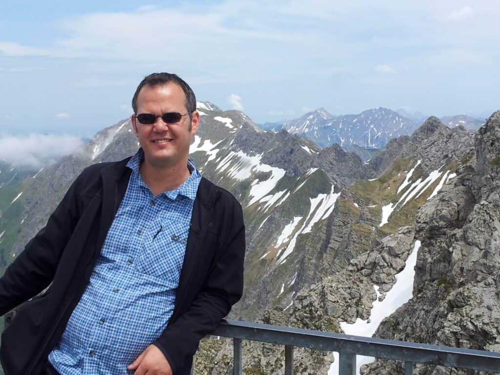 Bild von mir unmittelbar unter dem Gipfelkreuz des Nebelhorns (nicht zu sehen) mit Bergen im Hintergrund