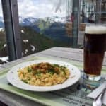 Bild von den Kässpätzle, dem dunklen Radler und im Hintergrund das Bergpanorama