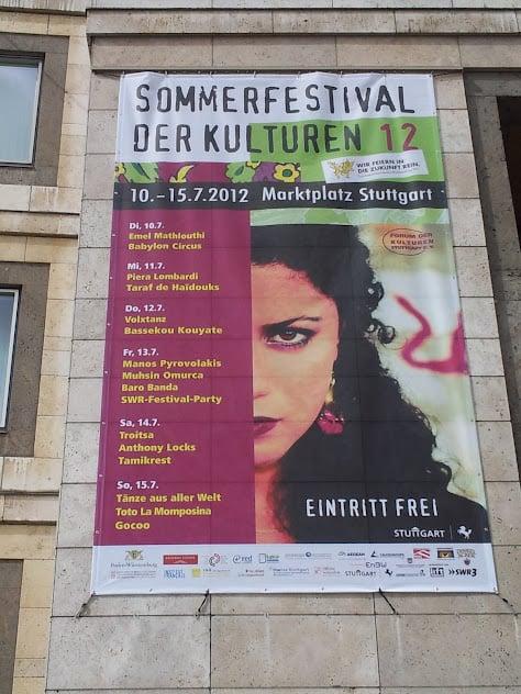 Plakat vom Sommerfestival der Kulturen 2012 am Rathaus