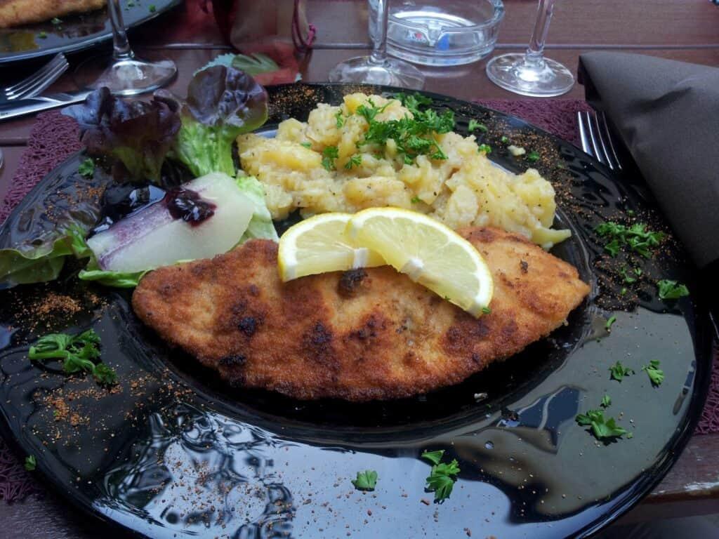 Bild vom Schnitzel mit Kartoffelsalat in der Weinstube Viertelesschlotzer im Stuttgarter Westen