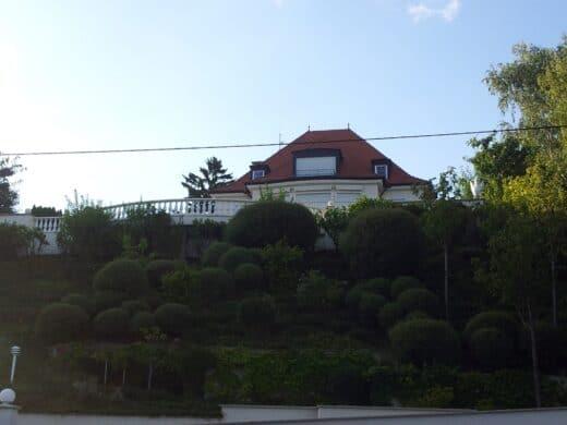 Bild von einer Villa mit schöner aufsteigender Grünfläche