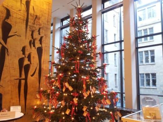 Bild vom Kinderwunschbaum im Rathaus in Stuttgart