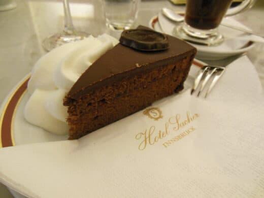 """Bild von der """"Original"""" Sachertorte im Cafe Sacher in Innsbruck"""