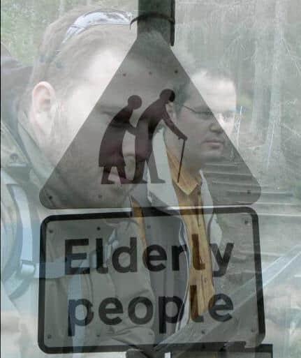 """Transparentes Bild eines Schildes """"Elderly People"""" und als hintere Ebene Stefan und ich in Schottland"""