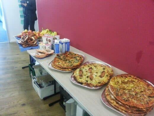 Bild von den Pizzen, MyMüsli, brezeln und Obst zum Frühstück beim Tweetcamp