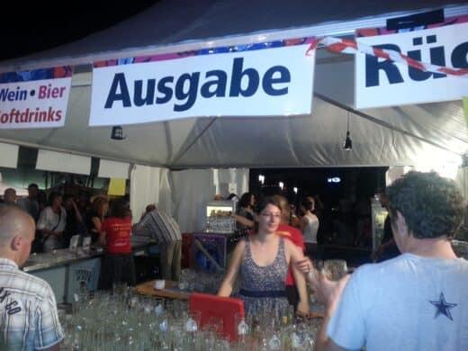 Eine Schicht Ehrenamtlicher im Pavillion auf dem Sommerfestival der Kulturen