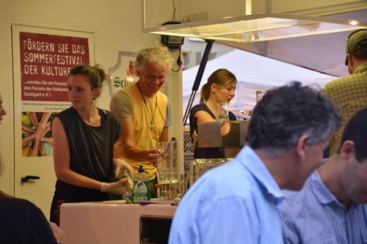 Ehrenamtliche Helfer in Stand 5 beim Sommerfestival der Kulturen