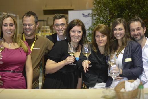 Gruppenkuscheln für's Foto zum Ausklang der Slow Food Messe 2014 an der Vinothek
