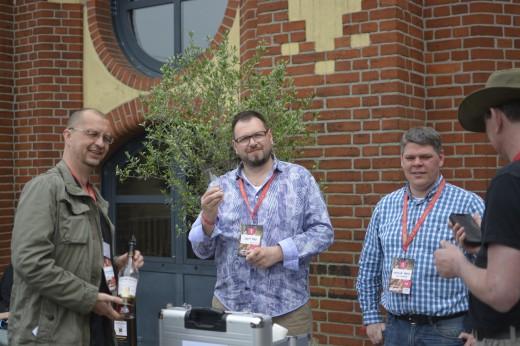 Christian, Jürgen, Jens - die TasteUp Gastgeber und Uwe. mein Glasspender