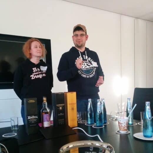 Carmen und Mike beim Whisky Tasting auf dem Barcamp