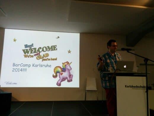 Fabian bei der Begrüßung beim Barcamp Karlsruhe 2014