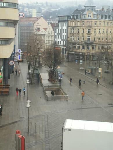 Blick aus dem Fenster von EuroEyes runter zur Bushaltestelle kurz vor dem Augenlasern