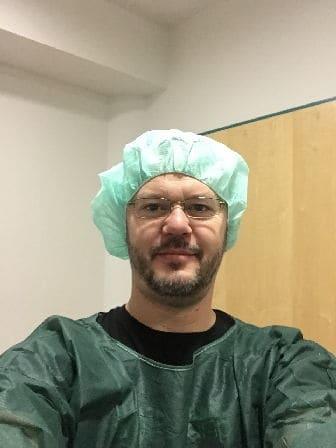 Ich, kurz vor der OP (anschließend desinfiziere ich meine Hände vor dem Augen lasern)