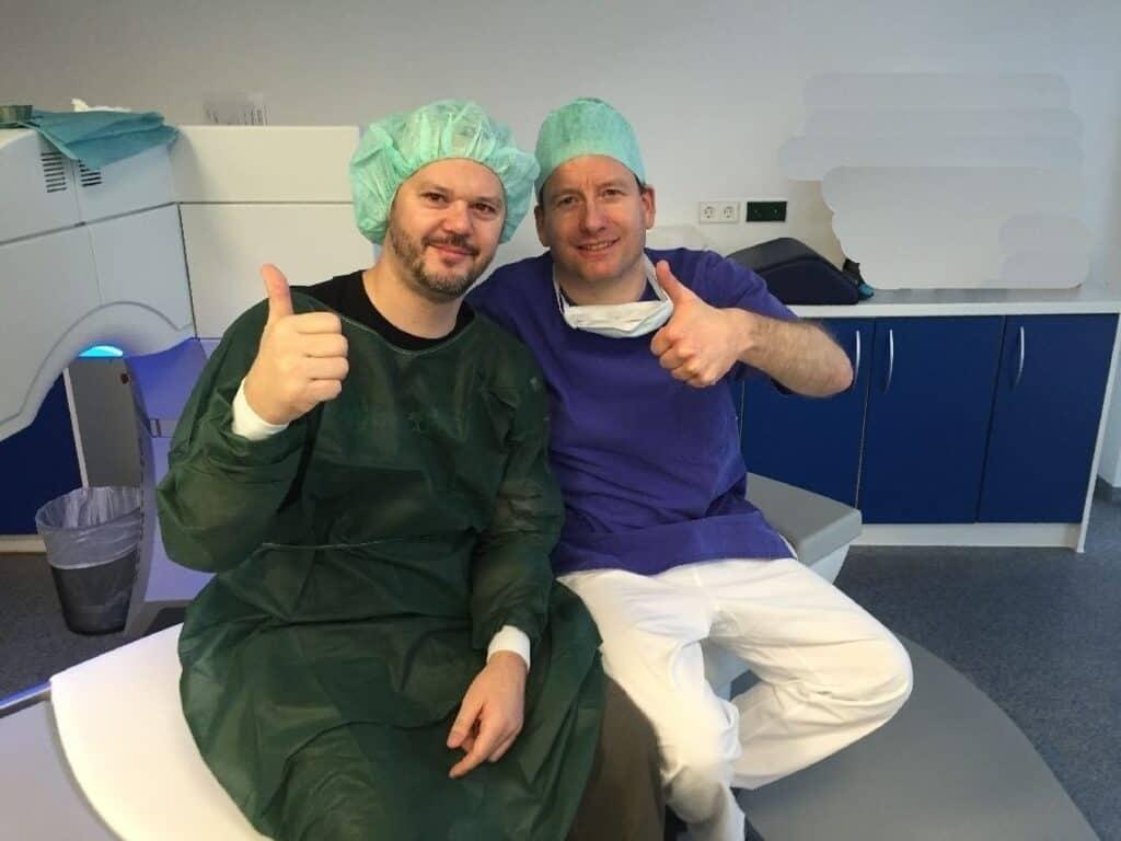 Direkt nach dem Augen lasern noch auf dem OP-Tisch: der Operateur Dr. Galambos rechts, ich links