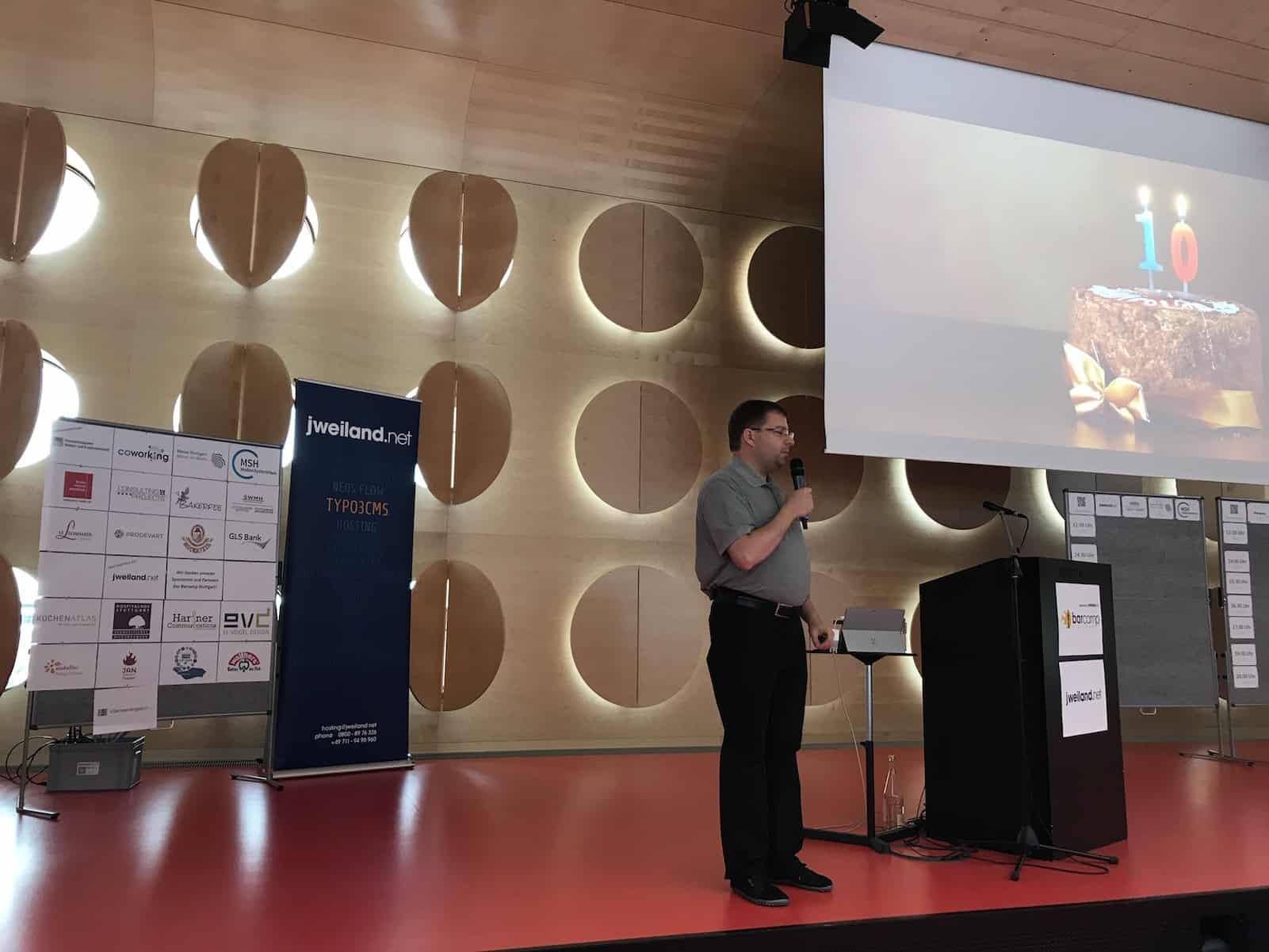 Jan Theofel eröffnet das Jubiläums Barcamp in Stuttgart 2017: Danke an die Sponsoren, links im Bild!