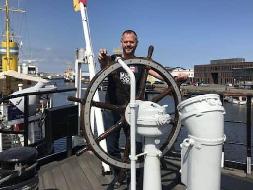 Hubert Mayer vom Reiseblog travellerblog.eu in Bremerhaven auf der FMS Gera