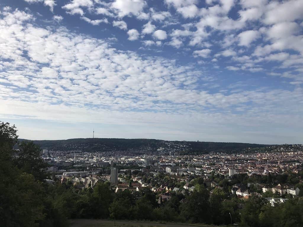 Morgendlicher Ausblick auf Stuttgart vom Bismarckturm aus