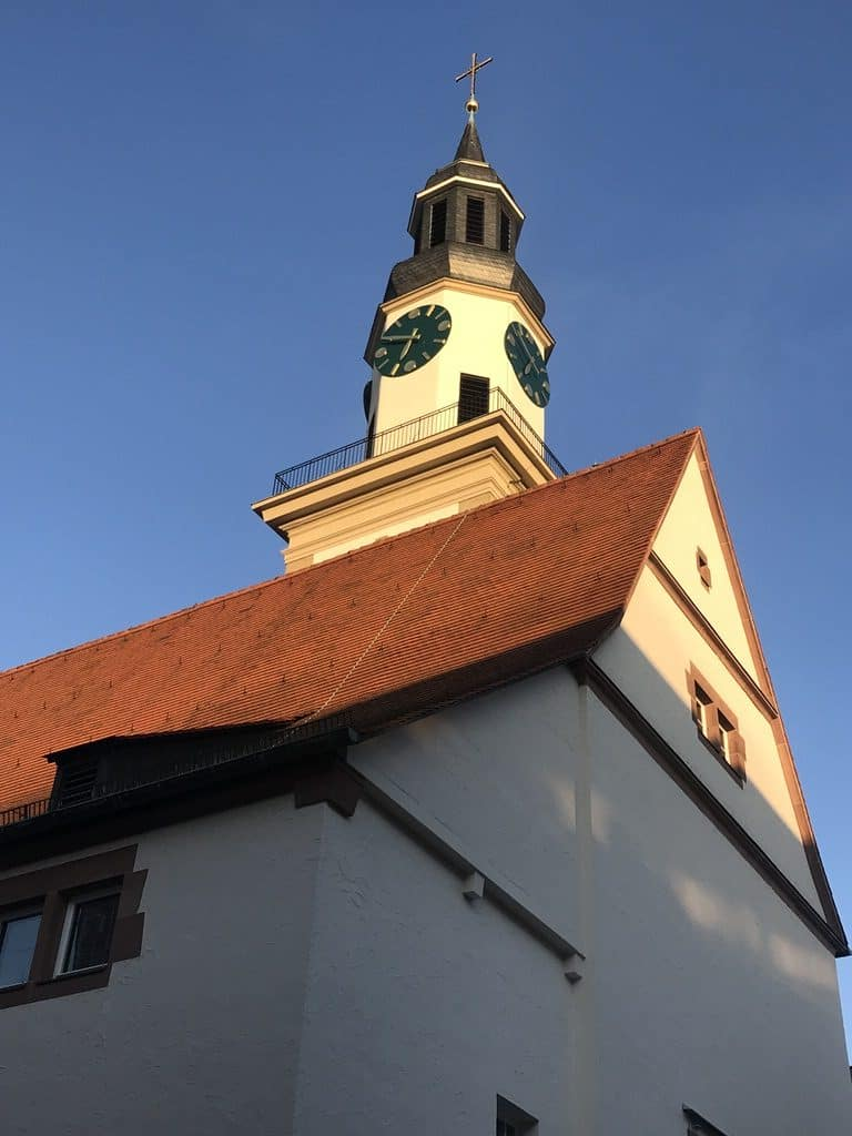 Der Kirchturm im Abendlicht