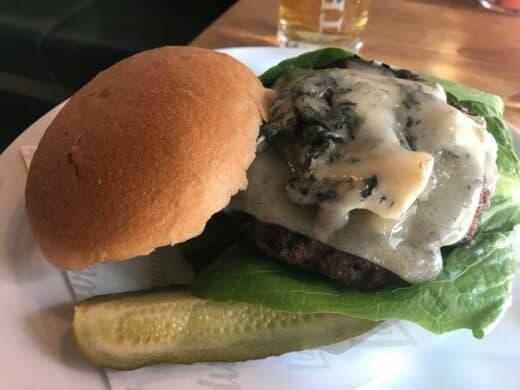 Cheeseburger mit Gorgonzola und Bergkäse im Ludwig Burger Restaurant Innsbruck