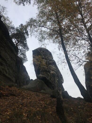 Auf dem Weg auf den Gamrig steht dieser Fels in der Landschaft