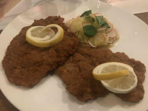 Wiener Schnitzel mit Kartoffel-Gurken-Salat als Hauptspeise im Zum Hirschen in Fellbach