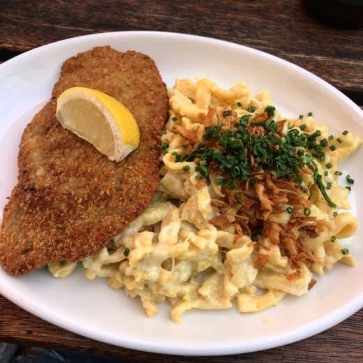 Schnitzel mit Kässpätzle im tobi's Restaurant Stuttgart