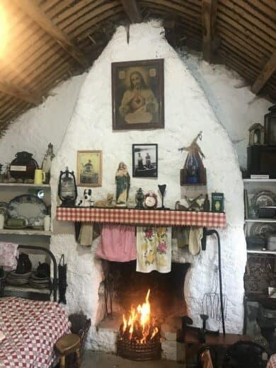 Eines der Häuser im Glenkolumbkille Folk Village Museum