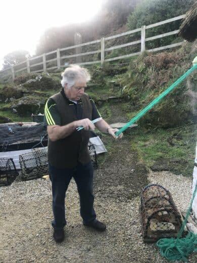 Fischer bei der Herstellung eines neuen Netzes im Glencolumbkolle Folk Village Museum