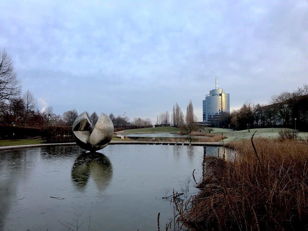 Schöne Spiegelung im Teich vor dem Egelsee Stuttgart