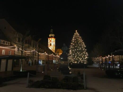 Marktplatz Tirschenreuth mit Weihnachtsbaum und beleuchteten Kirchturm an Heilig Abend 2018