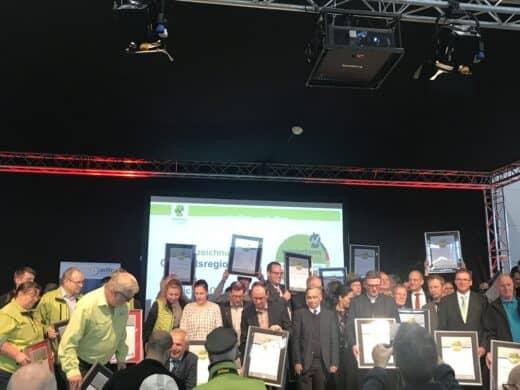Eine Menge stolzer Gesichter nach der Übergabe der Auszeichnungen der Qualitätswege Wanderbares Deutschland und der Leading Quality Trails - Best of Europe auf der CMT 2019