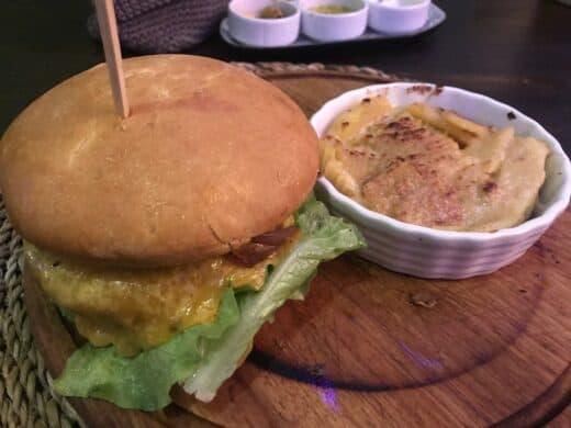 Cheeseburger und Kartofelgratin (ja, meine Wahl...) im Meat & Co. Ebersbach