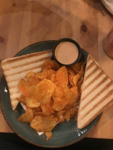 Toast mit Chips (naja...) im Mon Petit Café