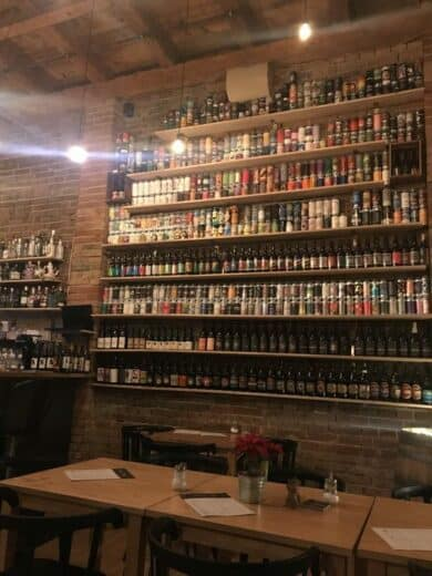 Schick ist es hier aber im Mon Petit Café mit den ganzen Bier an der Wand