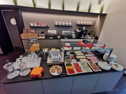 Ein Teil des Frühstückbuffets im sevenDays Hotel BoardingHouse Heidelberg