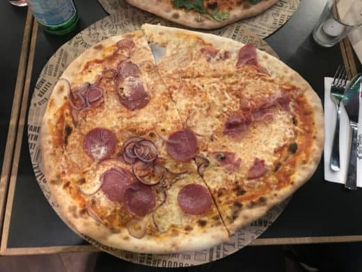 Leckere Pizza im L'Osteria Stuttgart: halb Schinken, halb Salami