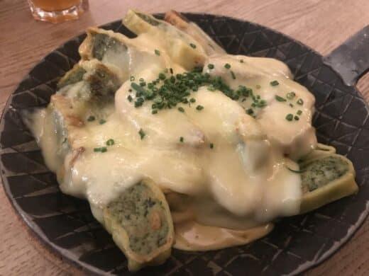 Lecker Maultaschen mit Käsesosse und Käse überbacken im Tobis Stuttgart