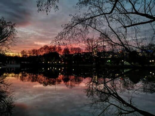 Schöne Spiegelung zum Sonnenuntergang im Mittleren Schlossgarten in Stuttgart