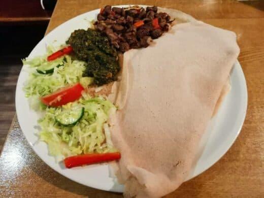 Yebere Tibs (Rindfleisch mit Knoblauch, Zwiebeln, Rosmarin und Paprika) im Restaurant Euqator Suttgart