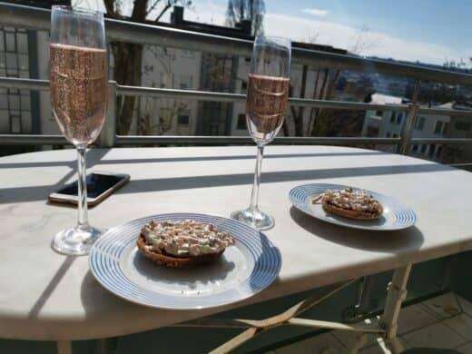 Sektfrühstück in der Sonne bei mir auf dem Balkon