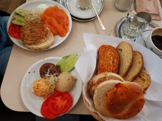 Bagels und Brot mit Hummus, BlackBeans- und Spicy Aufstrich im Barcomi's Deli in Berlin in den Gipshöfen