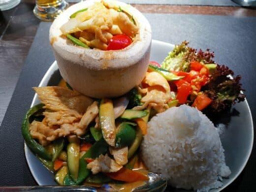 FIRE BIRD: Rotes Thai Curry mit Limettenblätter in Kokosmilch mit verschiedenen Gemüsen und Litschi.